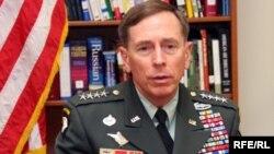 Генерал Дэвид Петреус, командующий Центральным командованием армии США, на пресс-конференции в посольстве США. Астана, 5 апреля 2010 года.