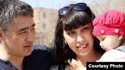 Қазақстандық журналист Наталья Садықованың күйеуі Айдос және баласымен Киевте түскен суреті.