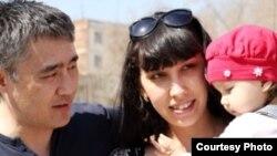 Казахстанская журналистка Наталья Садыкова с мужем Айдосом и дочерью Шарлиз. Актобе, 14 апреля 2012 года.