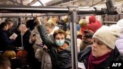 Пассажиры в московском метро.