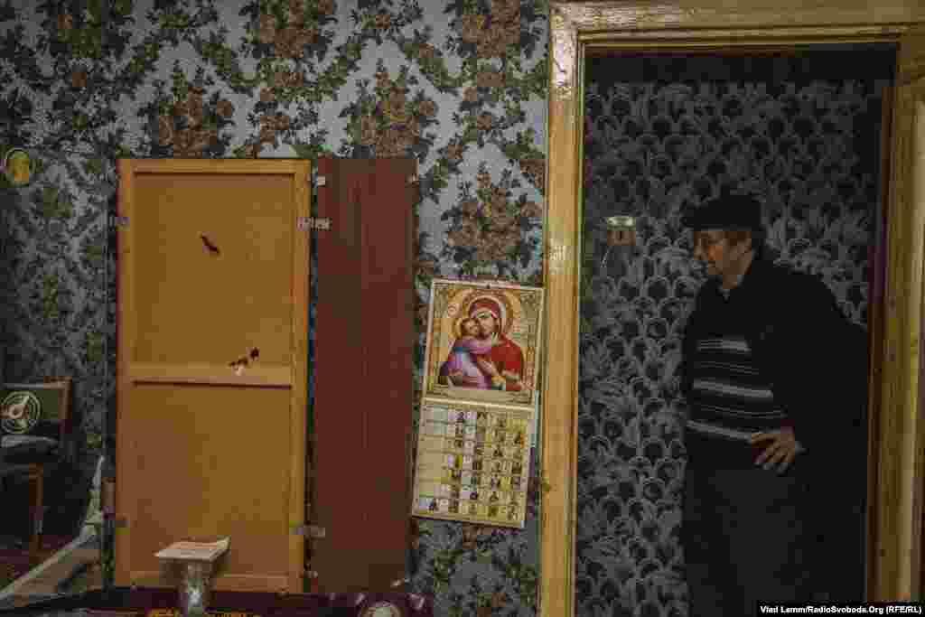 В этой квартире живет Валентина Ивановна с мужем Анатолием. Сейчас они снимают квартиру в Красноармейске. В этом доме есть отопление, но поддерживать в комнатах нормальную температуру без окон довольно сложно.
