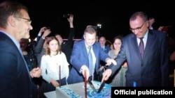 Александр Еремин (в центре) помогает разрезать торт, оформленный в «стилистике» «Имона»