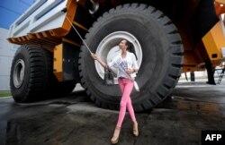Сэлфі на тле беларускага грузавіка-волата ў Жодзіне падчас конкурсу Міс Сусьвет.