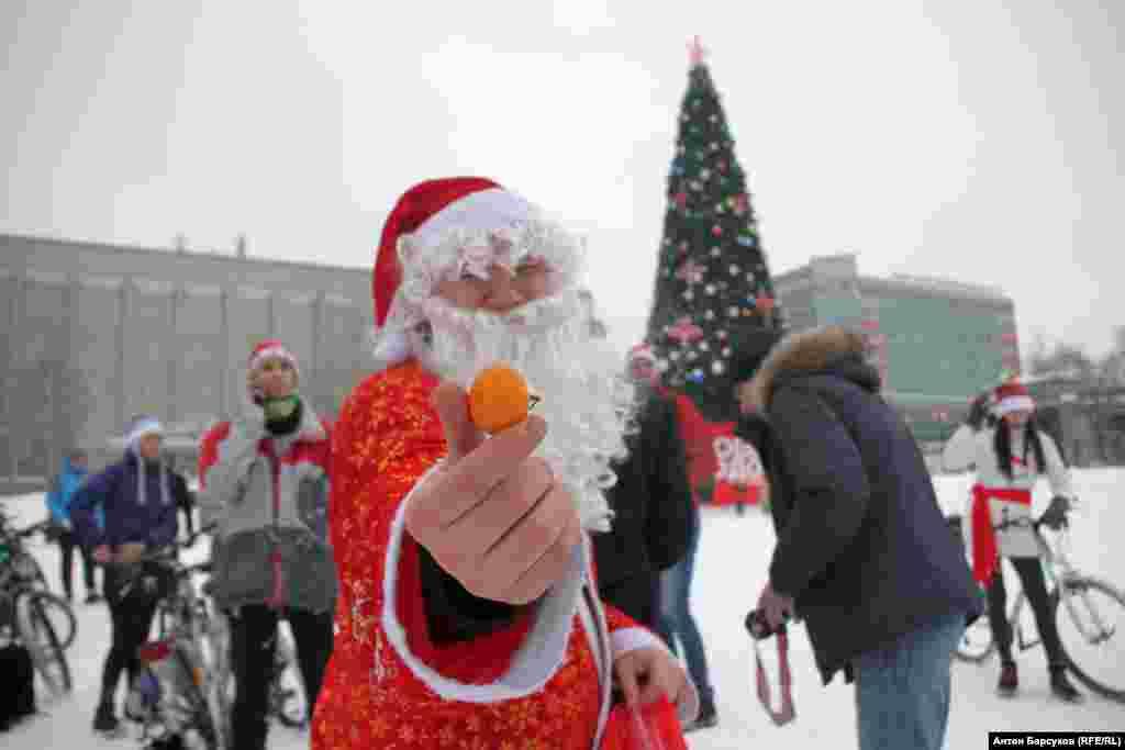 Любители активного образа жизни поздравляли горожан с Новым годом, раздавали шоколад и мандарины.
