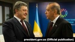 Украина президенті Петр Порошенко (сол жақта) мен Түркия президенті Режеп Тайып Ердоған.