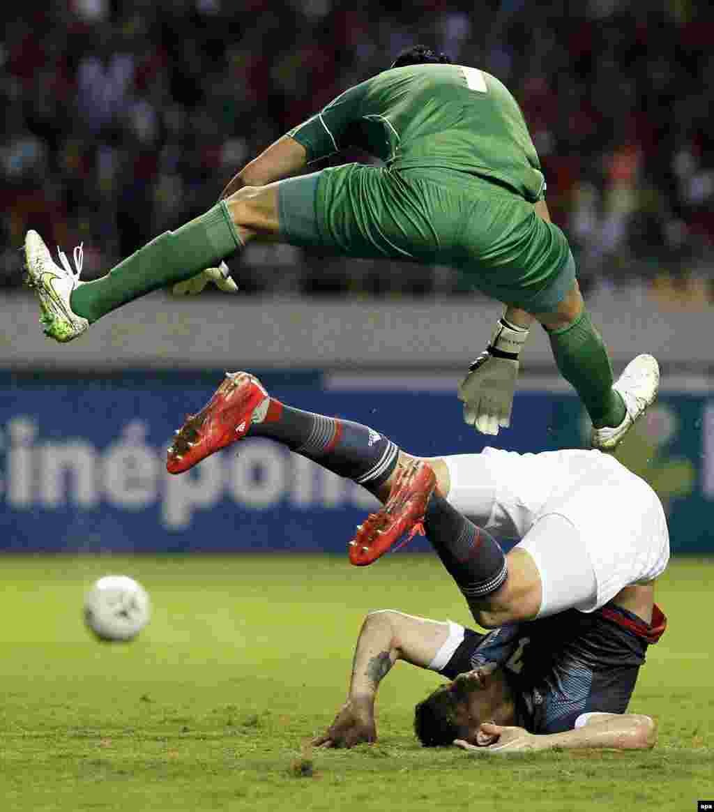 Keylor Navas (top) of Costa Rica and Raul Bobadilla of Paraguay in action during a friendly soccer match at the National Stadium in San Jose, Costa Rica, on March 26. (epa/Jeffrey Arguedas)