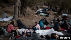 Prva noć migranata pod vedrim nebom nakon uništenog kampa, Lezbos