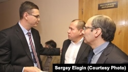 Павел Чиков с коллегами в суде