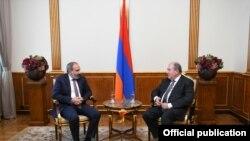 Встреча президента Армена Саргсяна (справа) и премьер-министра Никола Пашиняна, Ереван, 15 июля 2019 г.