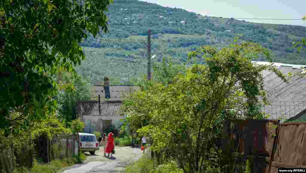 С улицы Октябрьской просматривается южная окраина Лучистого