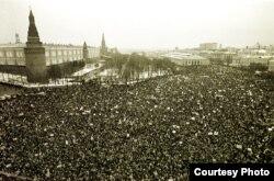 Одна из многотысячных демонстраций на Манежной площади Москвы в 1990 году