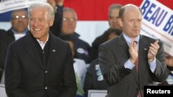 U.S. Democratic Senator Chris Coons (right) with Vice President Joe Biden (file photo)