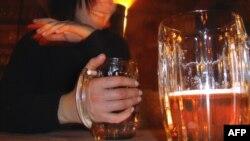 Уряд планує діяти у кількох напрямках, зокрема, більше втручатися в регулювання ціни на алкогольні напої