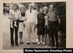 Міхаіл Усьцінавіч Моніт з дочкамі, зяцямі і ўнукам. Пінск, 1975 год