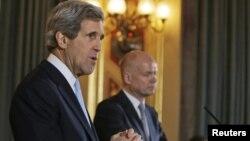 Американскиот државен секретар Џон Кери и неговиот британски колега Вилијам Хејг во Лондон.