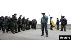 Один із захоплених військових, полковник Юлій Мамчур (ц) в аеропорту в Бельбеку, 4 березня 2014 року