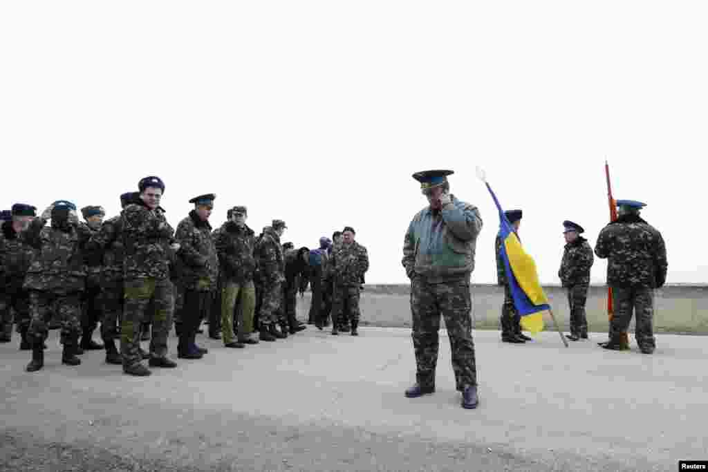 Belbekte Taktik aviatsiya brigadasınıñ arbiy hızmetçileri ve ukrain arbiy uçucısı, Ukraina Ava Quvetleriniñ polkovnigi, taktik aviatsiya 204-nci brigadasınıñ serdarı Yuliy Mamçur, 2014 senesi mart 3 künü