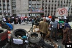 Барикади проросійських мітингувальників біля Донецької облдержадміністрації у квітні 2014 року