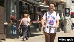 Граѓанин на Скопје на тротинет
