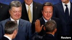 Президент США Барак Обама вітається з учасниками саміту. Ліворуч український президент Петро Порошенко, праворуч Дейвід Камерон – прем'єр-міністр Британії