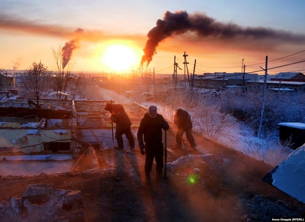 Работники разбирают дом в Хандызе, Якутия, обрушившийся через неравномерное Таяние вечной мерзлоты;  2 февраля.
