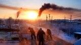 """Робітники розбирають будинок в місті Хандига, Росія, 2 лютого. Зсуви землі, викликані нерівномірним таненням вічної мерзлоти щоліта, призводять до провисання і обвалення таких будівель, як цей житловий будинок радянських часів. Дізнайтеся більше про людей, які працюють в республіці Саха-Якутія в Росії в зимові місяці, коли температура регулярно опускається нижче ніж мінус 50 градусів за Цельсієм, в нашій фотогалереї «Найхолодніші люди на Землі» <a href=""""https://www.rferl.org/a/workers-of-siberia-who-work-outside-through-the-worlds-harshest-winters/29044036.html"""" target=""""_blank"""">The Coldest People on Earth</a>(Еймос Чаппл, Радіо Свобода/Радіо Вільна Європа)"""