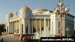 Aşgabadyň sazly-drama teatry.