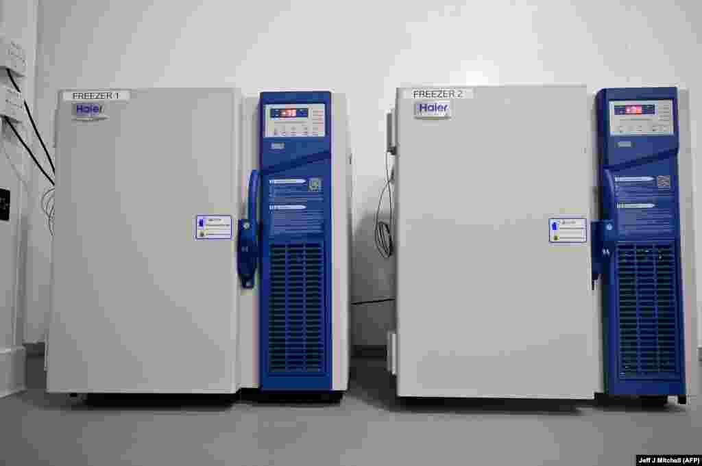 Специализированные морозильные камеры, в которых хранятся запасы вакцины Pfizer/BioNTech COVID-19, можно увидеть в больнице Луизы Джордан в Глазго. Шотландия, 8 декабря 2020 года