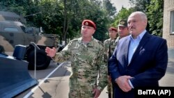 Belarus prezidenti Aleksandr Lukashenko Ichki ishlar vazirligi maxsus qo'shini tasarrufidagi harbiy texnikani ko'zdan kechirmoqda. Minsk, 2020, 28 iyul