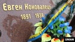 Напис на пам'ятнику Євгену Коновальцю в Івано-Франківську, 24 травня 2015 року