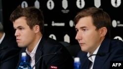 Магнус Карлсен (слева) и Сергей Карякин перед началом матча за шахматную корону