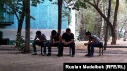 Жатақхана алдында отырған студенттер. Алматы, 4 қыркүйек 2014 жыл. (Көрнекі сурет)