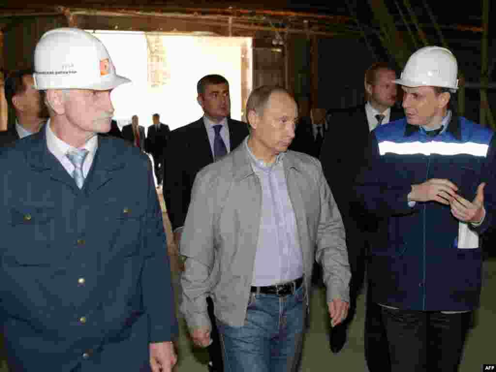Владимир Путин лично посетил завод в Пикалево, жители которого много месяцев не получают зарплату (AFP)