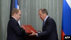 Министры иностранных дел России и Эстонии обмениваются договорами о границе, подписанными в Москве 18 февраля 2014 года