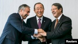 UN Secretary-General Ban Ki-moon (center) poses for photographers with Turkish Cypriot leader Mustafa Akinci (left) and Cypriot President Nicos Anastasiades during the Cyprus reunification talks in the Swiss mountain resort of Mont Pelerin on November 7.