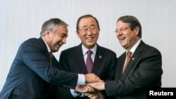 Շվեյցարիա - Հյուսիսային Կիպրոսի առաջնորդ Մուսթաֆա Աքընջին (ձախից) և Կիպրոսի Հանրապետության նախագահ Նիկոս Անաստասիադեսը ՄԱԿ-ի գլխավոր քարտուղար Բան Կի-մունի հետ՝ Մոն Պելերեն լեռնային հանգստավայրում բանակցությունների ժամանակ, 7-ը նոյեմբերի, 2016թ․