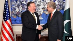Pakistani Foreign Minister Shah Mahmud Qureshi (right) with meeting with U.S. Secretary of State Mike Pompeo in Islamabad on September 5.
