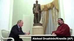 Vladimir Putin cu Steven Seagal la Kremlin, 25 noiembrie, 2016