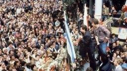 """Lider sindikata Solidarnost Leh Valensa obraća se radnicima brodogradilišta """"Lenjin"""" u Gdanjsku, 25. avgust 1980."""