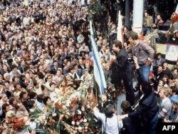 Лех Валэнса выступае перад рабочымі Гданьскай вэрфі, 25 жніўня 1980 году