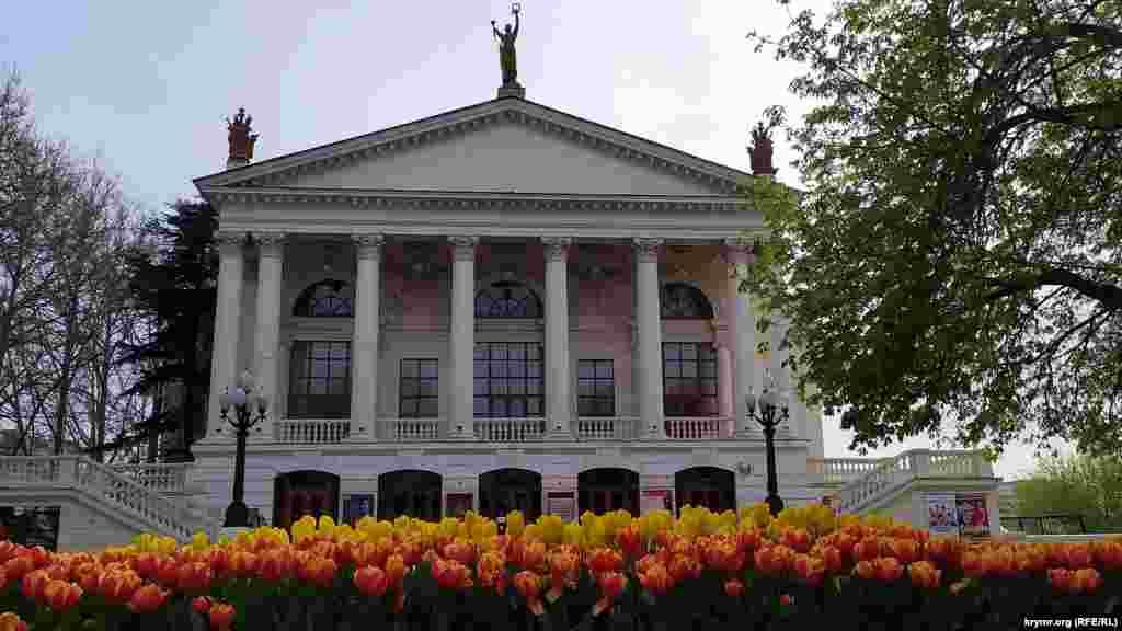 Клумба возле театра имени Луначарского