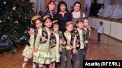 Бәйрәмгә килгән татар төркеме балалары