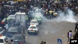 نمایی از تظاهرات معترضان به نتایج انتخابات در روز سیزده آبان در تهران که به شدت از سوی نیروهای امنیتی سرکوب شد.