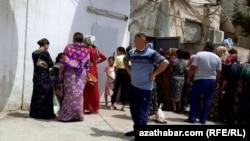 Очередь перед государственным магазином в Туркменистане.