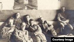 Ofițeri români prizonieri (Foto: http://www.marelerazboi.ro/razboi-catalog-obiecte/item/prizonieri-romani-2)