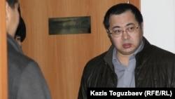Активист Ермек Нарымбаев, обвиняемый в «разжигании розни», в Алмалинском районном суде Алматы. 9 декабря 2015 года.