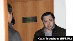 Активист Ермек Нарымбаев, обвиняемый в разжигании розни, в коридоре Алмалинского районного суда в Алматы. 9 декабря 2015 года.