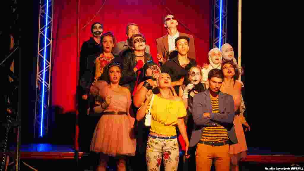 """Salašarsko pozorište, koje je produciralo za političke predstavnike Mađara u Srbiji """"spornu"""" predstavu, pozorišna je trupa koja više od 40 godina """"dovodi"""" pozorište u sela širom Vojvodine gde žive Mađari."""