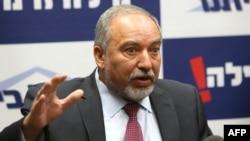 لیبرمن میگوید که «ایران میکوشد با تاسیس پایگاههای هوایی و دریایی در اطراف ما واقعیت جدیدی در منطقه ایجاد کند».