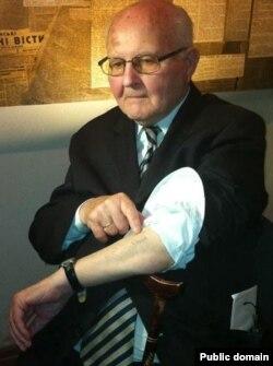 Омелян Коваль показує Володимиру В'ятровичу свій табірний номер, витатуюваний на руці